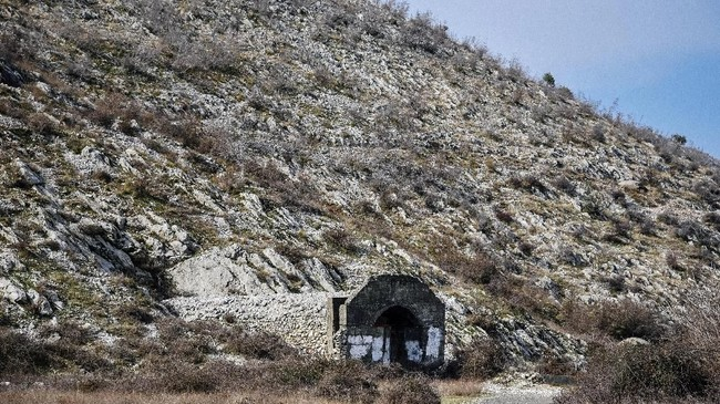 Albania masih menyimpan persenjataan uzur dari masa Uni Soviet, di pangkalan udara bawah tanah Gjader. (Photo by Gent SHKULLAKU / AFP)