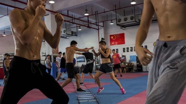 Huang Wensi saat latihan terakhir di Ningbo, Provinsi Zhejiang, China, pada 23 September 2018 sebelum bertolak keTaiwan mengikuti kejuaraan tinju wanita kelas Terbang Super Asia. (REUTERS/Yue Wu)