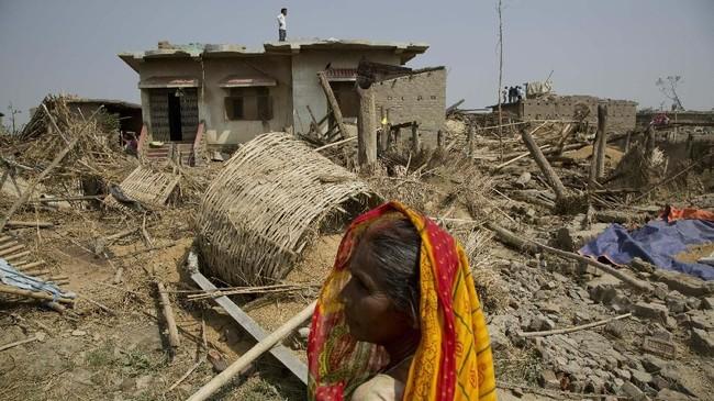 Badai juga menyebabkan banyak pohon tumbang, dan merusak galian saluran listrik dan telepon. (AP Photo/Niranjan Shrestha)