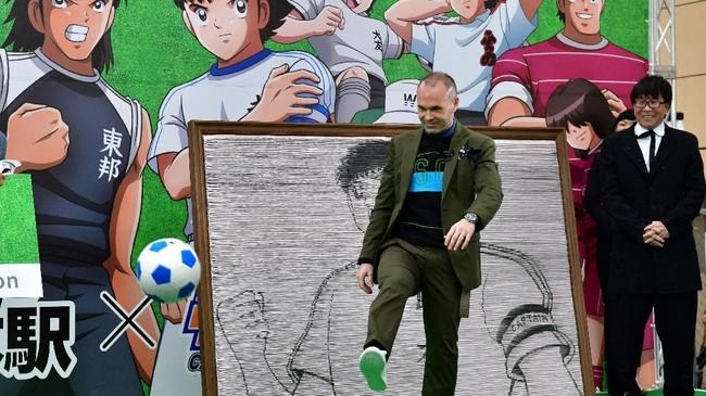Mantan kapten Barcelona yang saat ini bermain di Vissel Kobe Andres Iniesta menempati posisi keenam dengan bayaran €33 juta atau Rp526 miliar per tahun. (Kazuhiro NOGI / AFP)