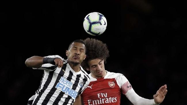 Hingga babak pertama usai, keunggulan Arsenal dengan selisih satu gol tidak berubah. (AP Photo/Kirsty Wigglesworth)