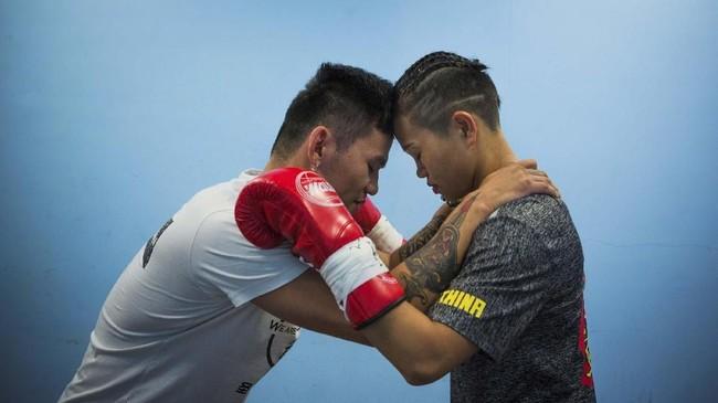 Huang Wensi saat dimotivasi asisten pelatihnya jelang duel di Taiwan. Sang pelatih menekankan jangan pernah berpikir menang atau kalah, tapi pikirkan kehormatan dan keluarga. (REUTERS/Yue Wu)