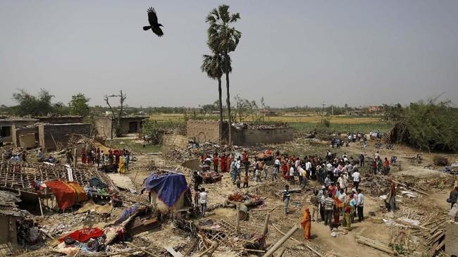 Selain korban tewas, badai itu juga menyebabkan 400 orang lainnya terluka. (REUTERS/Navesh Chitrakar)