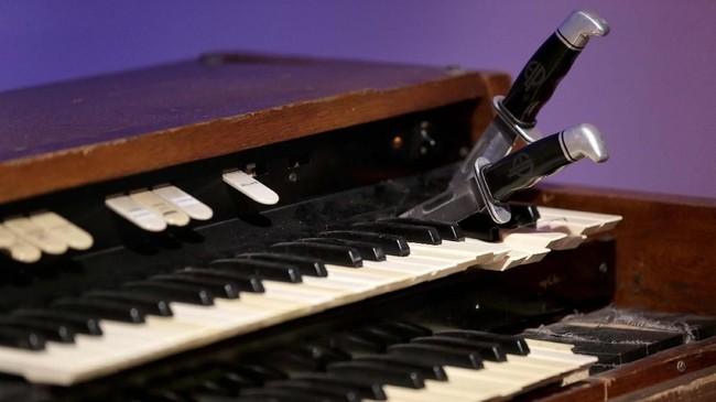 Sebuah organ yang diimitasi dari milik Keith Emerson, lengkap dengan pisau tempat biasa personel ELP [Emerson, Lake& Palmer] itu menancapkan catatan-catatan nadanya. ELP adalah band rock proggresive Inggris yang amat disegani. (AP Photo/Seth Wenig)