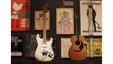 Di sebelah kiri adalah gitar milik Jimi Hendrix, sementara milik Eric Clapton di sebelah kanan, sementara di belakangnya ditempel poster-poster acara termasuk Woodstock 1969. Baik Hendrix (meninggal pada 1970) maupun Clapton kerap dianggap sebagai Dewa Gitar. (AP Photo/Seth Wenig)
