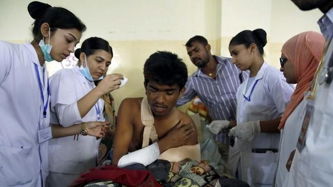 Sejumlah warga yang terluka dan berhasil dibawa ke rumah sakit terdekat langsung ditangani. (REUTERS/Navesh Chitrakar)