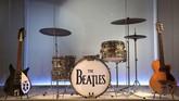 Instrumen musik yang biasa dipakai oleh The Beatles sebagai salah satu band terbesar sepanjang masa, turut dipamerkan dalam eksibisi 'Play It Loud: Instruments of Rock and Roll'. (AP Photo/Seth Wenig)