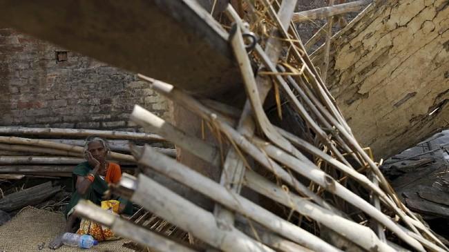 Tim penyelamat memang kesulitan menjangkau daerah yang terkena dampak badai pada malam hari. (REUTERS/Navesh Chitrakar)