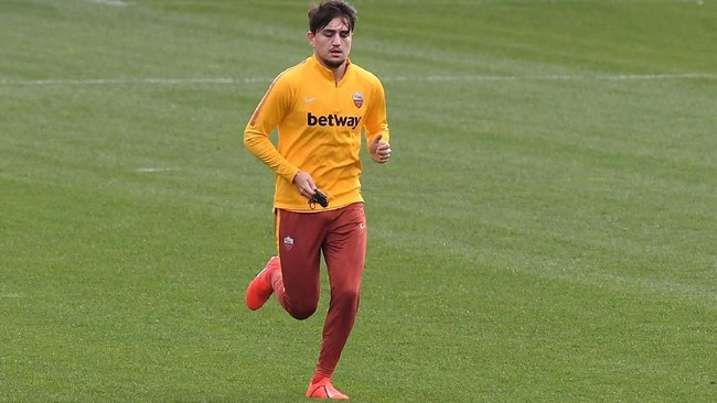 Pemain AS Roma Cengiz Under disebut Football-Espana sebagai incaran Real Madrid. (REUTERS/Andrew Yates)