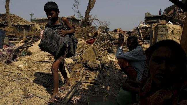 Jumlah korban tewas kemungkinan besar bertambah karena tim penyelamat masih berupaya mengeluarkan orang-orang yang terperangkap di dalam reruntuhan. (REUTERS/Navesh Chitrakar)