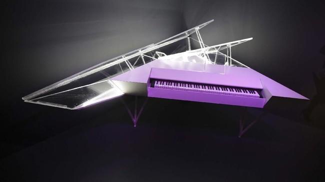 Sebuah piano elektrik yang disesuaikan dengan keinginan pemiliknya, yaitu Lady Gaga, turut dipajang dalam eksebisi 'Play It Loud: INstruments of Rock & Roll' di Museum Metropolitan of Art. (AP Photo/Seth Wenig)