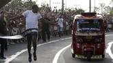 Dekat garis finis, bajaj nyaris membalap Usain Bolt setelah masuk gigi ketiga. (REUTERS/Henry Romero)