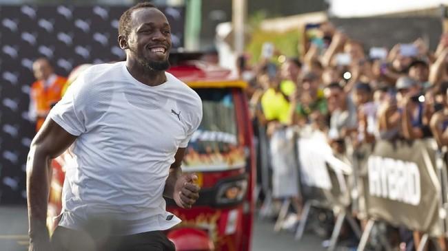 Ajang adu cepat Usain Bolt vs Bajaj merupakan bagian dari acara peresmian merek pakaian olahraga. (Photo by Cris BOURONCLE / AFP)