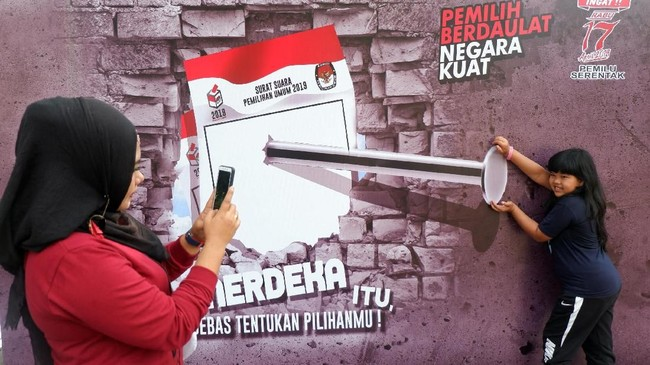Di Sumatera Barat, KPU menyediakan dengan gambar latar menarik di kawasan Car Free Day (CFD) Khatib Sulaiman, Padang.Selain photoboothKPU juga mengajak anak-anak bermain ular tangga Pemilu agar dapat mengetahui pentingnyamemilih. (ANTARA FOTO/Iggoy el Fitra/ama)