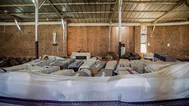 Di tengah museum, adalah kuburan massal untuk para korban. Ada sekitar 250 ribu jasad yang dikebumikan di sana. (Jacques NKINZINGABO / AFP)