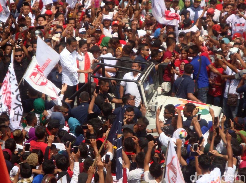 Capres Joko Widodo telah tiba di lokasi kampanye terbuka, di Kompleks GOR Satria Purwokerto, Kamis (4/4/2019). Jokowi langsung disambut teriakan dukungan oleh massa relawan yang sudah tiba sejak pagi tadi.