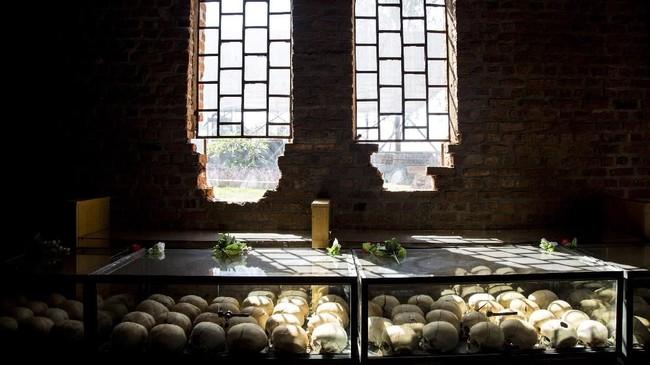 Di dalam meja-meja kaca di Museum Genosida di Kigali, tengkorak berjajar rapi. Itu tengkorak sungguhan, tengkorak manusia, dari mereka korban pembantaian 1994 di Rwanda. (Jacques NKINZINGABO / AFP)