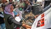 Sementara Komisi Independen Pemilihan (KIP) Lhokseumawe menggelar sosialisasipadakaum marjinal di Tempat Pembuangan Akhir (TPA) Alue Lim, Lhokseumawe. Sosialisasi Pemilu kaum marjinal yang masuk Daftar Pemilih Tetap (DPT) di Aceh itu untuk mengenalkan tata cara mencoblos di bilik suara. (ANTARA FOTO/Rahmad/ama)