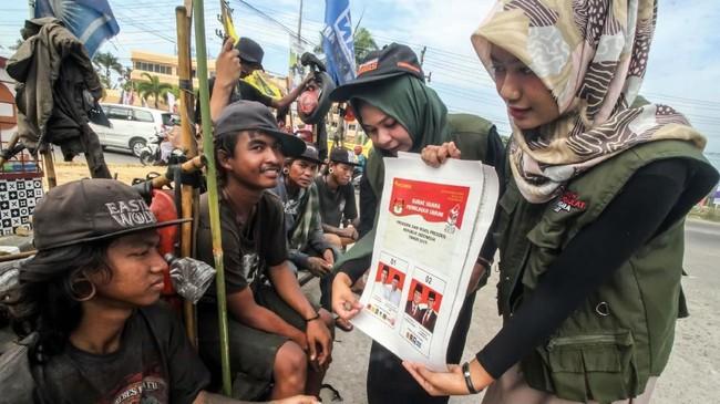 Sosialisasi Pemilu 2019 bagi para komunitas jalanan Vespa Ekstrem Nusantara di Lhoksumawe, Acehdengan mengenalkan tata cara pemberian suara melalui pencoblosan pada 17 April 2019. ANTARA FOTO/Rahmad/hp.