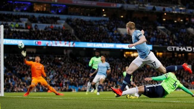 Kevin De Bruyne dalam performa bagus setelah memberikan tiga assist saat Manchester City mengalahkan Tottenham 4-3 pada leg kedua perempat final Liga Champions. (REUTERS/Phil Noble)