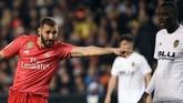 Setelah hadiah penalti dianulir saat injury time babak kedua, Real Madrid akhirnya mencetak gol lewat sundulan Karim Benzema pada menit ke-90+3 setelah menerima umpan Luka Modric. (JOSE JORDAN / AFP)