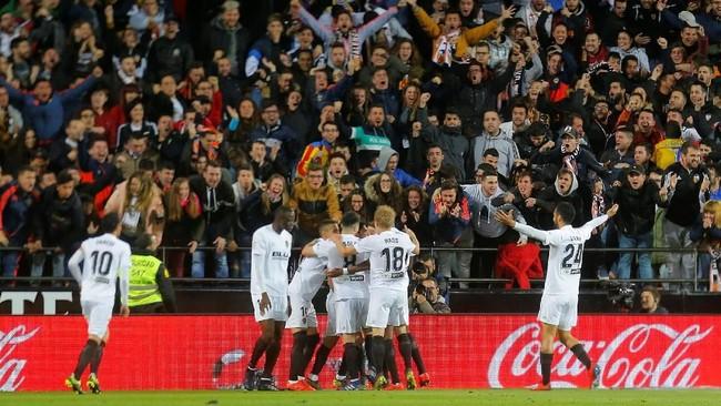 Valencia unggul lebih dulu pada menit ke-35 ketika tendangan Goncalo Guedes ke pojok kanan gawang tidak mampu diantisipasi kiper Real Madrid Keylor Navas. (REUTERS/Heino Kalis)