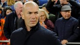 Pelatih Real Madrid Zinedine Zidane sebelum pertandingan Liga Spanyol melawan Valencia di Stadion Mestalla, Rabu (3/4) malam waktu setempat. (REUTERS/Heino Kalis)
