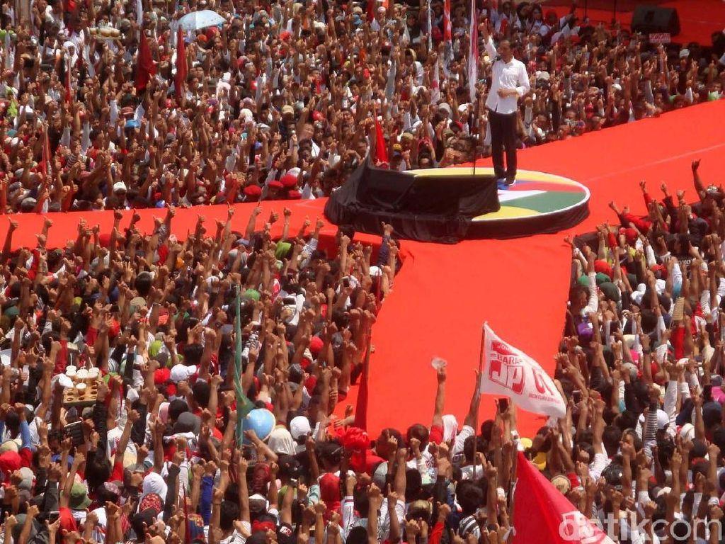 Jokowi memberi sambutan dihadapan para pendukungnya yang hadir di GOR Satria Purwokerto.