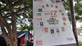 Media sosialisasi yang digunakan dalam berbagai bentuk, dari mulai umbul-umbul, baliho, spanduk hingga lukisan dinding atau mural. Tampak sebuah baliho terpasang di kawasan pengungsian warga korban bencana gempa dan tsunami di Kelurahan Tawaeli, Palu, Sulawesi Tengah. (ANTARA FOTO/Mohamad Hamzah/hp)