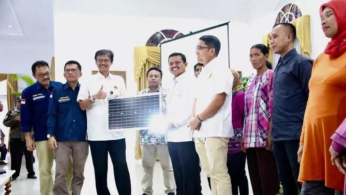 Kementerian (ESDM) menyerahkan bantuan 1.000 buah Lampu Tenaga Surya Hemat Energi (LTSHE) dan 150 penerangan umum tenaga surya (PJU-TS).