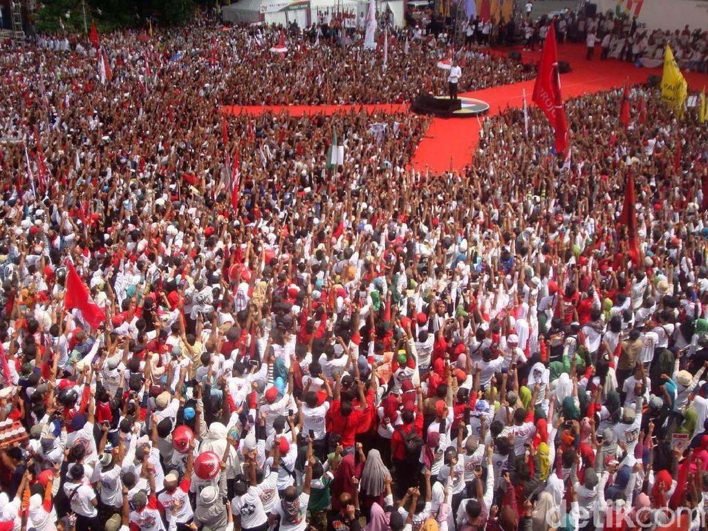 Ribuan pendukung Jokowi nampak hadir di acara kampanye capres nomor urut 01 tersebut.