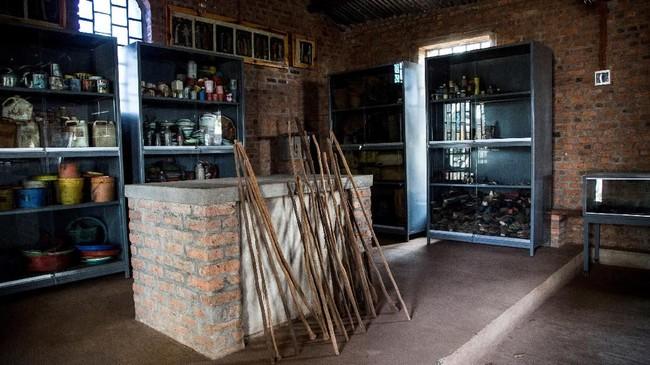 Sementara di dalam gedung, beberapa tengkorak dipajang dan catatan-catatan atau senjata maupun peninggalan lawas dari tragedi bersejarah itu disimpan. (Jacques NKINZINGABO / AFP)