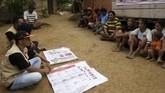 Di Gorontalo, KPU melakukan sosialisasi pada warga suku terasing Polahi di perbukitan Kecamatan Boliyohuto. Kegiatan tersebut diharapkan dapat mengajak warga suku Polahi untuk menggunakan hak suara dan mengikuti Pemilu untuk pertama kalinya pada 17 April mendatang. (ANTARA FOTO/Adiwinata Solihin/nz)