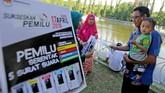 Di Aceh, relawan demokrasi Komisi Independen Pemilihan (KIP) Kota Banda Aceh melakukan sosialisasi pada pengunjung situs wisata sejarah Putro Phang di Banda Aceh. (ANTARA FOTO/irwansyah Putra/ama)