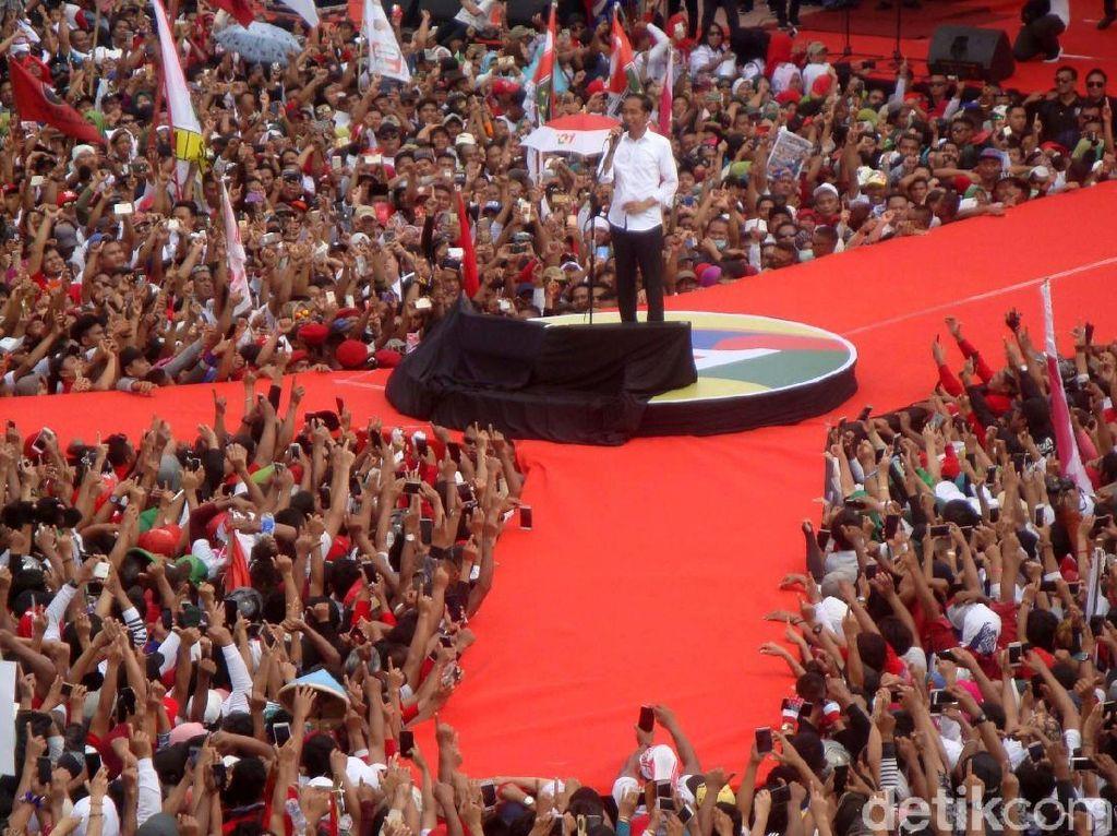 Kedatangan Jokowi di GOR Satria Purwokerto tersebut juga mendapat sambutan dengan teriakan, Jokowi.. Jokowi.. Jokowi! dari massa pendukung