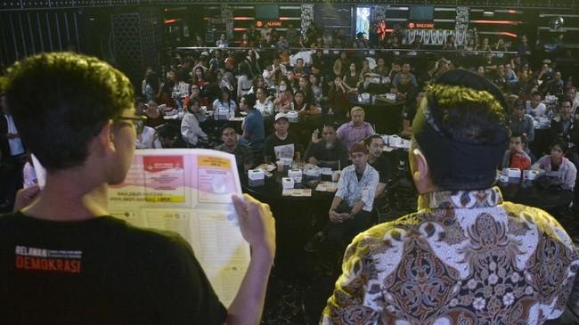 Sosialisasi Pemilu juga digelar di sebuah tempat hiburan malam di kawasan Kuta, Bali. Sosialisasi yang dilakukan KPU Badung tersebut guna memberikan informasi tentang Pemilu kepada pekerja tempat hiburan malam, sekaligus mengajak untuk menggunakan hak pilih. (ANTARA FOTO/Fikri Yusuf/ama)