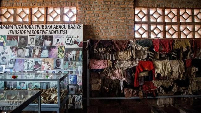 Di lantai atas, ada tempat untuk mengenang korban yang masih anak-anak. Ada foto mereka dengan ukuran besar, berikut informasi detail seperti mainan favorit, yang membuat terenyuh. (Photo by Jacques NKINZINGABO / AFP)