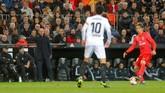 Pelatih Real Madrid Zinedine Zidane memberi instruksi saat Luka Modric menguasai bola. Modric tampil mengecewakan saat melawan Valencia. (REUTERS/Heino Kalis)