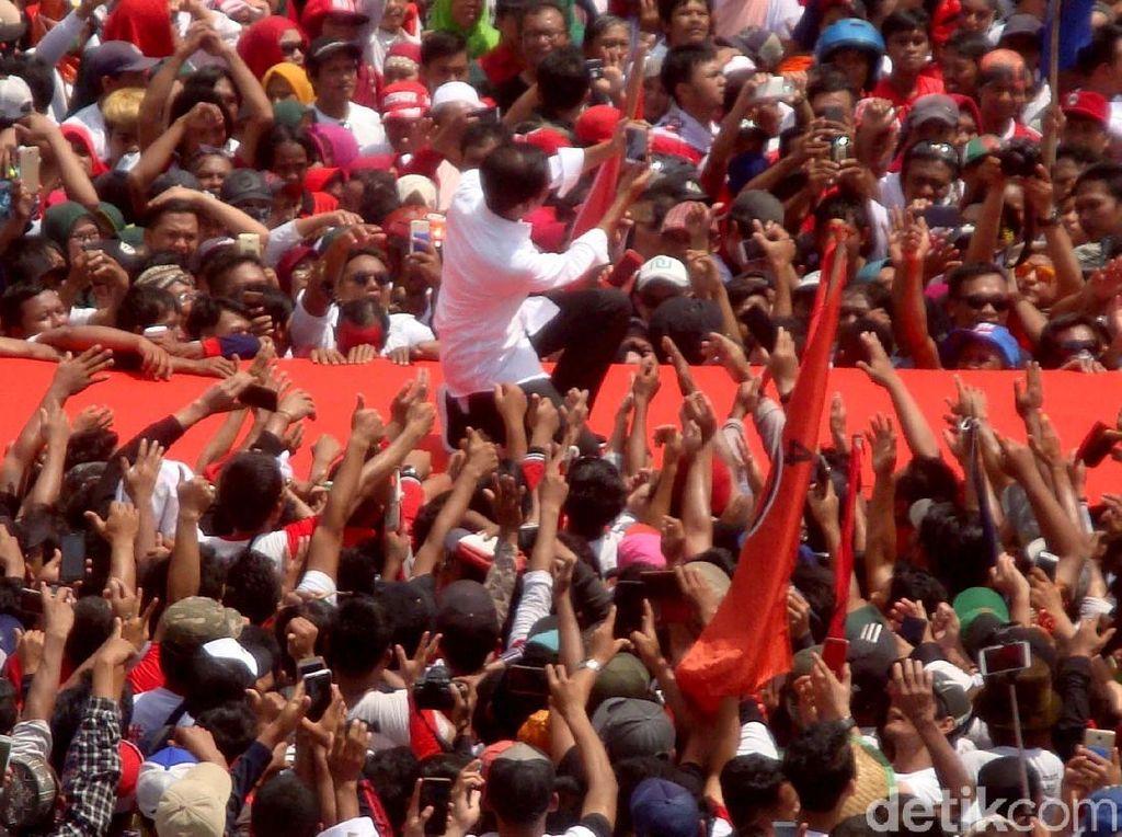 Tak lupa Jokowi mengajak para pendukung untuk berfoto bersama di sela-sela acara kampanye tersebut.
