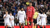 Gelandang Real Madrid Casemiro bereaksi ketika Valencia mencetak gol pertama lewat Goncalo Guedes. Keunggulan 1-0 Valencia bertahan hingga akhir babak pertama. (JOSE JORDAN / AFP)
