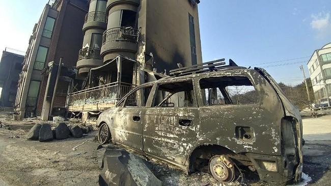 Sekitar 872 mobil pemadam bersama 3.251 petugas lantas dikerahkan ke lokasi kebakaran. (Yonhap via Reuters)