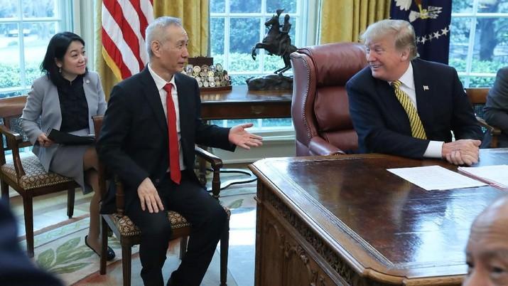Duduk Bersebelahan, Trump & Liu He Bawa Aura Damai AS-China