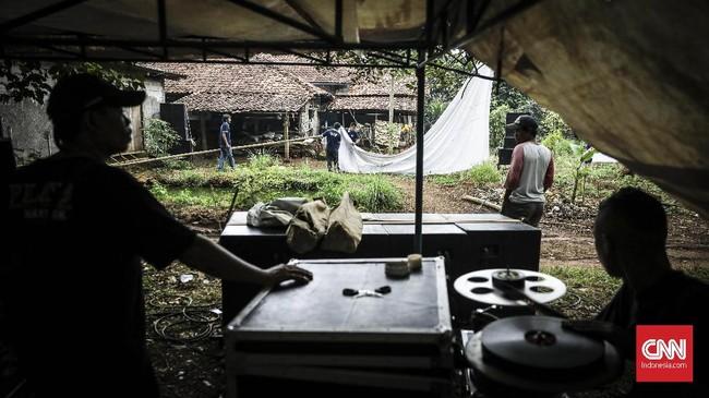 Layar tancap saat ini hanya dinikmati sebagian warga pinggiran Jakarta, biasanya diputar saat ada perayaan, seperti pernikahan atau syukuran. (CNN Indonesia/ Hesti Rika)