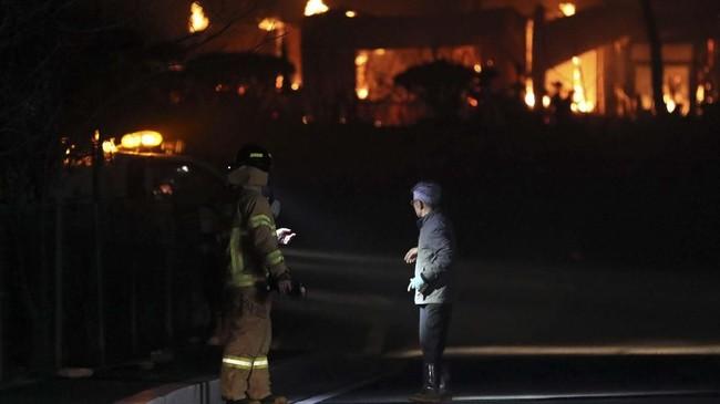 Presiden Moon Jae-in pun memerintahkan penggunaan seluruh sumber daya yang ada untuk membantu pemadaman api. (Yonhap via Reuters)