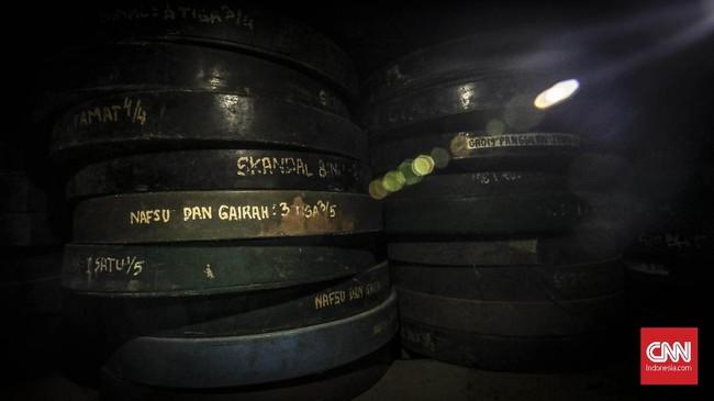 Tak hanya memiliki film 35 mm yang lebih modern, Pendi Film juga mempunyai beberapa koleksi lawas film 16 mm. (CNN Indonesia/ Hesti Rika)