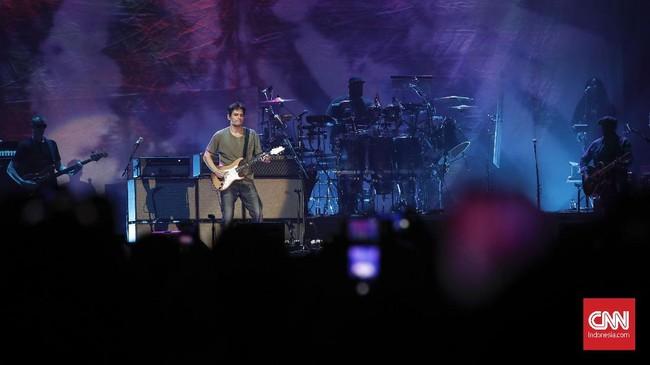 Tampil nyaris tanpa cela, John Mayer seakan menyentuh hati siapa saja yang menontonnya malam itu. (CNNIndonesia/Safir Makki)