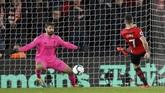 Shane Long sempat membuat kejutan dengan mencetak gol keunggulan Southampton 1-0 atas Liverpool. (REUTERS/David Klein)