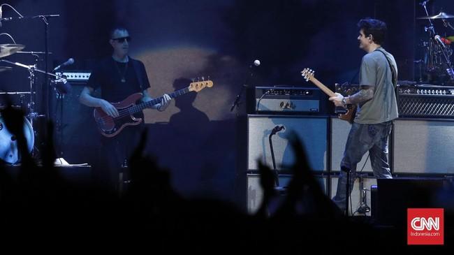 Malam itu ditutup secara manis oleh John Mayer dengan dibawakannya 'Gravity'. Tanpa diperintah, para penonton menyalakan flashlight di ponselnya. Dengan syahdu, sang idola pun mengakhiri konsernya malam itu. (CNNIndonesia/Safir Makki)