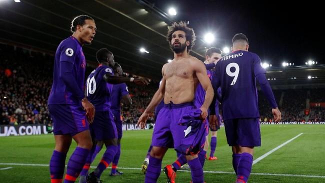 Mohamed Salah melakukan selebrasi dengan rekan setimnya usai membawa Liverpool unggul 2-1 atas Southampton. (Reuters/Andrew Couldridge)