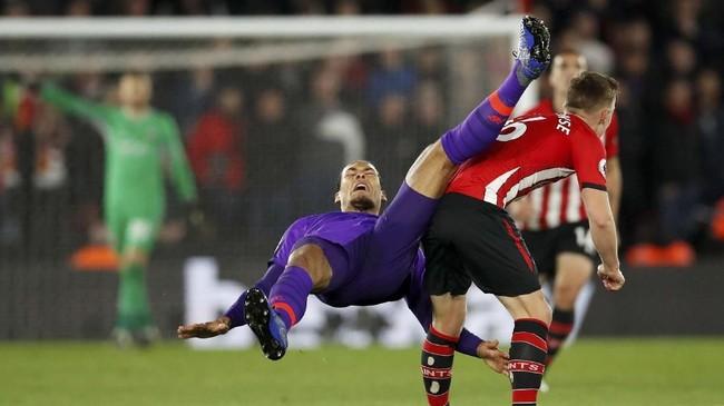 Bek andalan Liverpool Virgil van Dijk pun harus jatuh bangun menghalau serangan balik berbahaya dari Southampton. (REUTERS/David Klein)